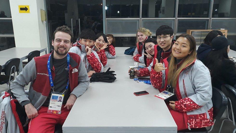 Marek Čech (vlevo na snímku) odjel na olympiádu do jihokorejského Pchjongčchangu jako dobrovolník. Českému reprezentačnímu týmu pomáhalo 13 nadšenců. Čtyři z toho byli Korejci, kteří na univerzitě absolvovali výuku češtiny.