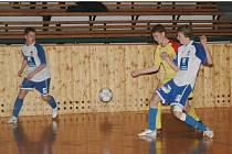 Jedinou porážku vítězné Příbrami uštědřili žáci Viktorie (modrobílé dresy)