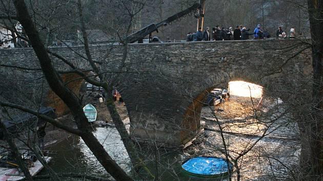Natáčení videoklipu Personal Jesus kapely Depeche Mode na mostu v Rabštejně nad Střelou