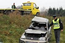 Řidička Fiatu Panda nedala v úterý před devátou hodinou dopoledne přednost na křižovatce silnice ze Záluží s obchvatem Třemošné přednost náklaďáku. Náraz osobní auto odmrštil dvacet metrů, žena utrpěla vážnější úraz hlavy