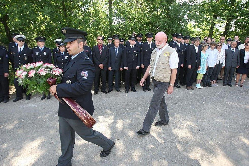 Policisté a rodina v Letkově uctili památku zastřeleného poručíka Jiřího Hrubého