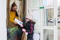 Předávání vysvědčení v době koronavirové uzávěry škol. Okénko ze starého rámu na obraz nainstalovali učitelé pouze pro tuto příležitost na vchod do ZUŠ Trnka v Plzni Doubravce. Fungovat bude od 1. do 5. února.
