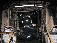 Cestující na tramvajové lince číslo 4 vyhnal v ponělí ráno z jedné ze souprav požár.