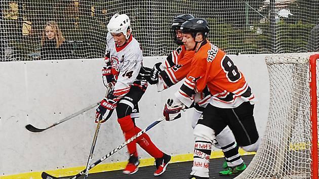 HOKEJBALISTÉ SNACKU  (na archivním snímku z duelu s Třemošnou v bílém Václav Šlehofer mladší) s i o víkendu dvěma výhrami zajistili přímou účast ve čtvrtfinále play-off.