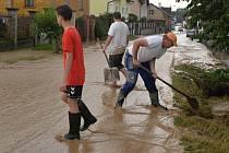 Pondělní průtrž mračen zaplavila silnici i Šťáhlav i místní ulice a dvory
