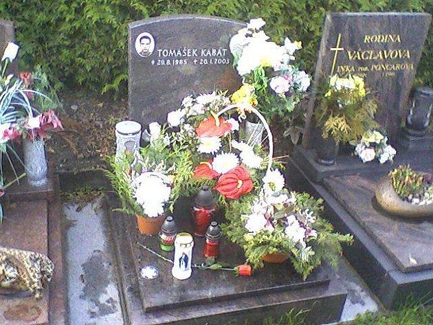 Hrob Tomáše, syna Heleny Kabátové, který společně s třemi svými kamarády zahynul při dopravní nehodě