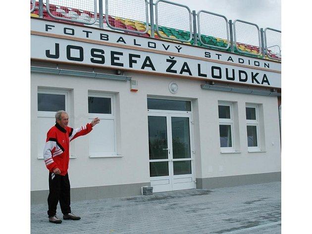 Před dvěma lety byl trenér Miloš Kopecký (na snímku) u toho, když stadion na Skvrňanech dostal jméno po jeho zesnulém kolegovi a kamarádovi Josefu Žaloudkovi