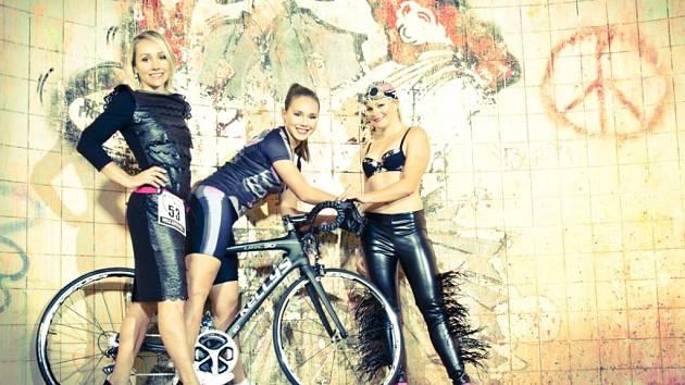 Na snímku pořízeném v polorozpadlých lázních v Plzni  jsou zachyceny triatlonistky  Helena Erbenová, Veronika Šmejkalová a Hana Kolářová (zleva)