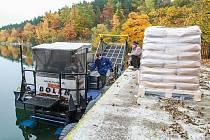 Vyžínací loď Bolek vysypala do Boleváku osm tun síranu hlinitého, nyní ji čeká údržba
