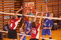Volejbalisté Slavie USK Plzeň (v modrém) vyhráli i druhý zápas nad Slavií Hradec Králové na její palubovce, zvítězili v sérii 2:0 a zajistili si účast v první lize i pro příští rok