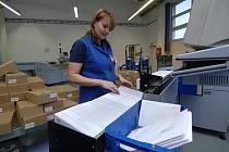 Třídírna pošty pro Plzeňský a Karlovarský kraj v Plzni-Křimicích čeká na největší nápor zásilek v roce. V příštím týdnu jich poštou projde až 800 tisíc za den.