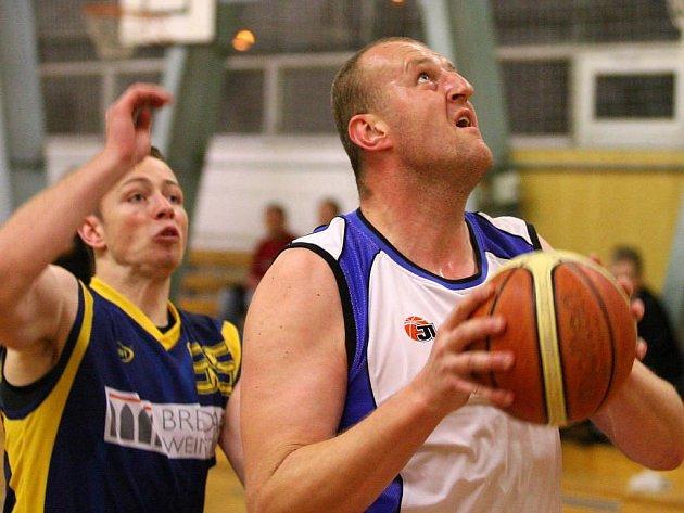 Basketbalista Lokomotivy Plzeň Pavel Frána (vpravo) se chystá ke střelbě na koš soupeře v domácím utkání první ligy proti rezervě Opavy. Plzeňané zvítězili 82:64