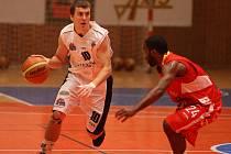 Basketbalisté Lokomotivy Interconex Plzeň (v bílém Kamil Říha) včera podlehli v prvním utkání Mattoni NBL na domácí palubovce celku BK JIP Pardubice (vpravo na snímku je Derek Wright) 65:106