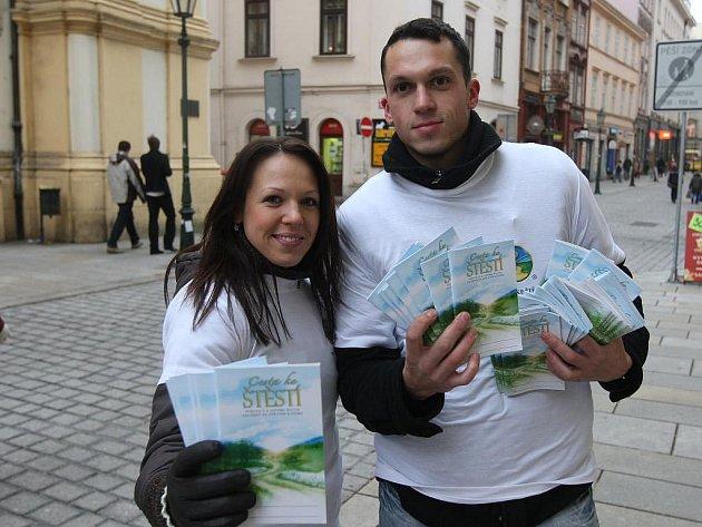 Samozřejmě, že ano. Brožuru, která radí, jak toho prý lze dosáhnout nyní zdarma rozdávají dobrovolníci v centru města. Na snímku Veronika Koglerová a Lumír Matějka