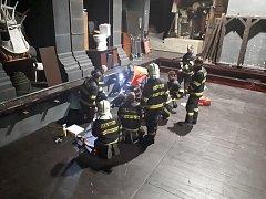 Jevištní technika ve Velkém divadle přimáčkla pracovníka údržby