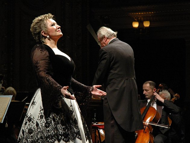 Eva Urbanová je mimo jiné držitelkou Ceny Thálie za Kostelničku                   v Janáčkově Její pastorkyni i americké ceny Grammy za nahrávku Celeste Aida