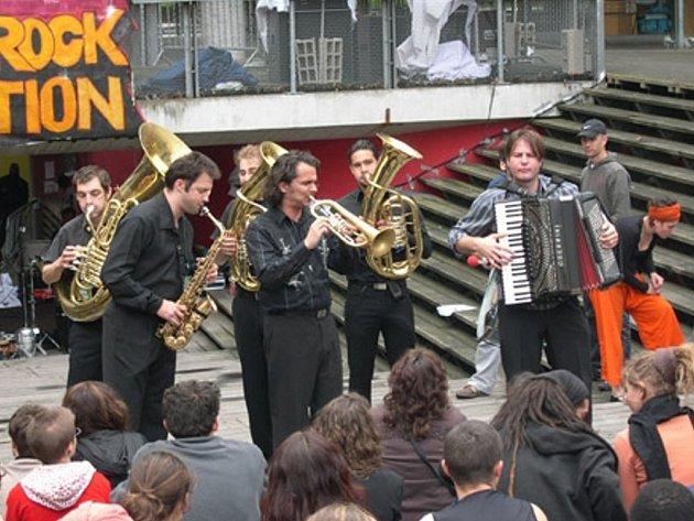 Francouzská kapela Les Touffes Krétiennes je složena ze členů kapel Les Hurlements D´Leo, Babylon Circus nebo Les fils de Teuhpu. Do Plzně přiveze show s deseti dechovými nástroji, dvěma bubny, kytarou a akordeonem. Vystoupí v Divadle pod lampou.