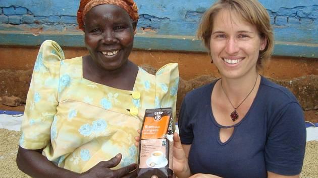 Pěstitelka kávy  paní Mary z Fair trade družstva Gumutingo spolu s  Lenkou. Ta  spolu s maminkou začala budovat  roce 2007 etický obchod Fair trade, jehož prostřednictvím se snaží odstranit v afrických zemích zatím běžnou dětskou práci.