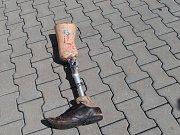 Pánská protéza nohy nalezená v Plzni na Doubravce.