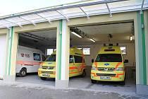 Nově zrekonstruované prostory stanice záchranářů pro Plzeň-sever. Součástí objektu jsou nově i garáže pro sanitky