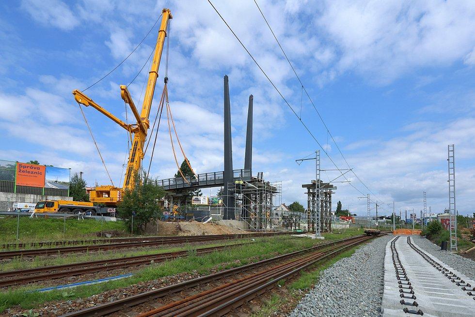 Ocelovou lávku pro pěší instalují technici přes čtyřproudovou ulici U Seřadiště. Ta zároveň překlene i modernizovanou železniční trať a nahradí tak stávající čtyřkolejný přechod do ulice Na Lipce.