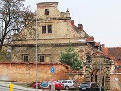 Zámek stojí v centru Šťáhlav.