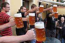 Na minifestivalu pivovarů, který se koná po osmé v Plzni-Černicích, jsou vždy připraveny i pivní soutěže. Náš snímek zachycuje soutěžící při držení tupláků.