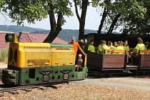 Součástí areálu tábora Pionýrské skupiny Starý Plzenec je železnice. Pro děti je projížďka velkým zážitkem.