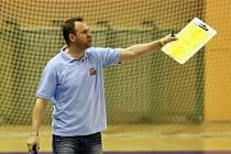 Trenér basketbalistů Lokomotivy Plzeň David Zdeněk rozdává pokyny během utkání s libereckými Kondory. Zároveň si přeje, aby jeho tým postoupil v play-off co nejdále.