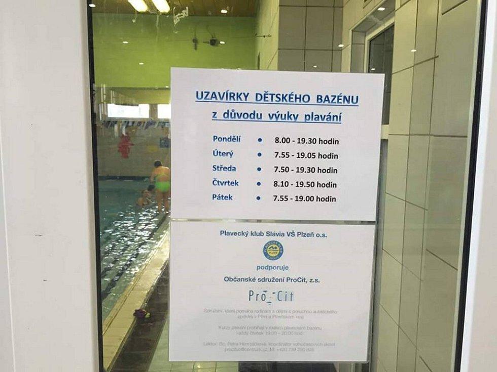 Fotografie, které v bazénu pořídil jeden z návštěvníků, se objevily na Facebooku