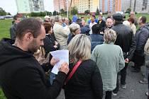 Několik desítek lidí přišlo protestovat včera odpoledne do Toužimské ulice v Plzni.Nelíbí se jim, že kvůli výstavbě nových budov ubývá zeleně a parkovacích míst