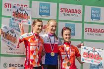 Juniorka Adéla Holubová (uprostřed) si na mistrovství v Hlinsku užívá zisk titulu české šampionky po boku stříbrné Magdaleny Mišoňové (vlevo) a bronzové Zuzany Kadlecové.