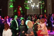 Velká puntíkatá tančírna přitáhla po slavnostním otevření Plzně 2015 do Měšťanské besedy tanečníky všech generací