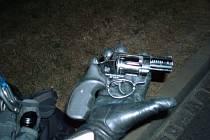 Plynová pistole, kterou městští strážníci agresorovi zabavili