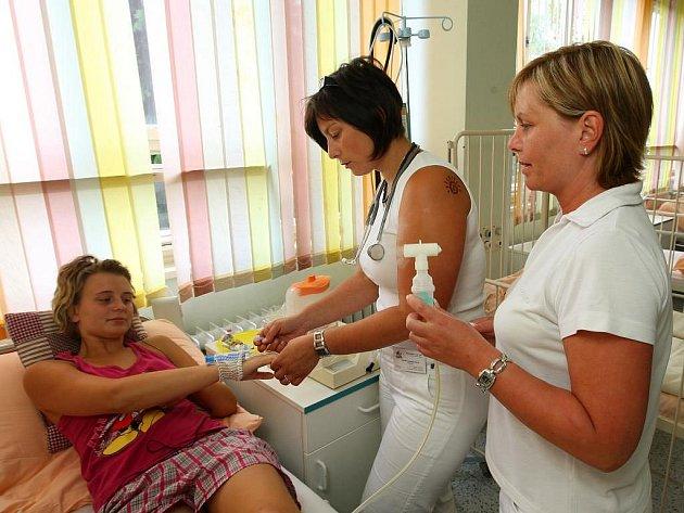 Být už zdravá, to si ze všeho nejvíc přeje si také Kristýna Koudelová. Na fotce s ošetřující lékařkou  Veronikou Novou a sestřičkou Hanou Juzlovou