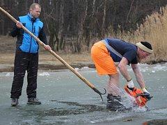 Otužilci připravili na Boleváku na sobotní závod bazén o rozměrech 10x30 metrů