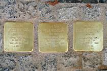 Stolpersteine neboli Kameny zmizelých přímo v ulicích  města připomínají deportované plzeňské Židy