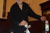 Vedoucí ateliéru Design kovu a šperků Vratislav Karel Novák ukazuje některá z děl, které vytvořili studenti z pivních plechovek