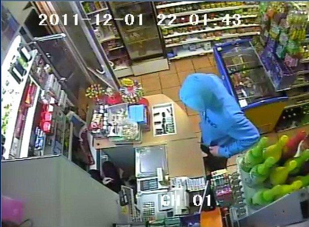 Policie hledá pachatele, který přepadl ve čtvrtek večer prodejnu ve Sladkovského ulici
