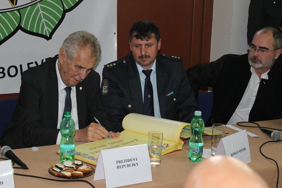 Setkání dobrovolných hasičů s prezidentem na Bolevecké návsi.