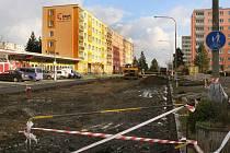 Bagry se zakously do první části Šimerovy ulice v Plzni na Borech, zatím zmizel zelený pás včetně stromů