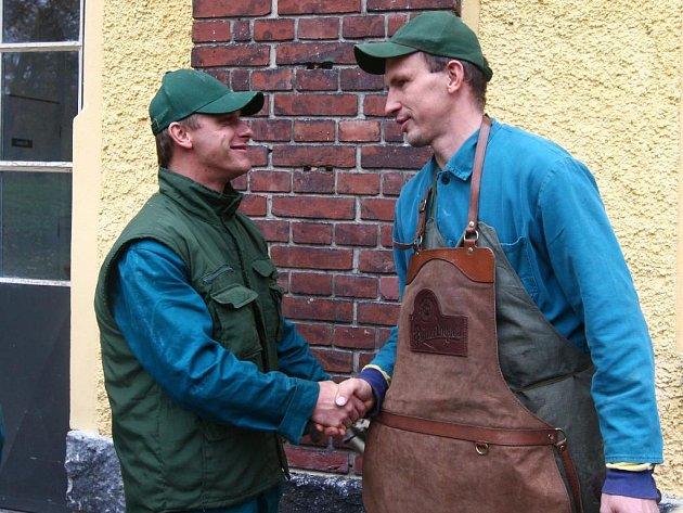 Jaroslavu Zajíčkovi (vpravo) poblahopřáli k výučnímu listu jeho kolegové bednáři