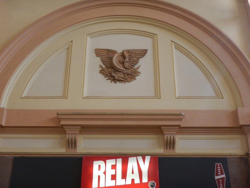 Motivy zdobící vestibul Hlavního nádraží v Plzni.