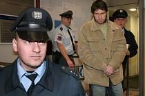 Petru Vachalovskému hrozí za braní rukojmí a vydírání až osmiletý trest.