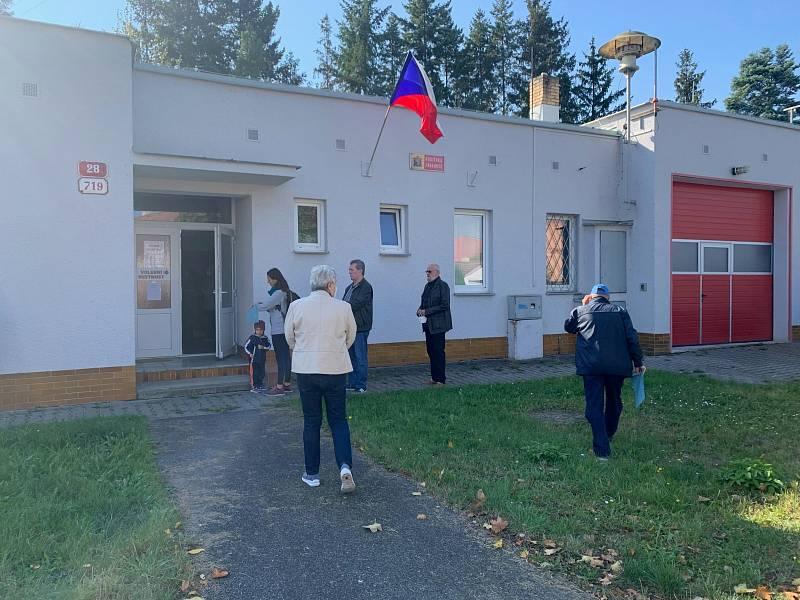 Otevření volební místnosti v Černicích se někteří obyvatelé nemohli dočkat.