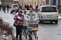 Dostat se na parkoviště u obchodních domů v Plzni bylo hlavně včera o nervy. Výjimkou nebylo ani stání u obchodního  centra Olympia  v Plzni, snadné přitom nebylo ani dostat se s nákupním vozíkem zpět k autu