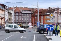 K omezení provozu došlo na křižovatce ulic Klatovská x Kaplířova a U Borského parku. Po zimě se zahájily dokončovací práce související s prodloužením tramvajové trati na Borská Pole. Kvůli uzavírce křižovatky jsou odkloněny trasy linek MHD. Objížďka menší