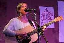 Kytaristka a zpěvačka skupiny Straw Hat Jana Holá.