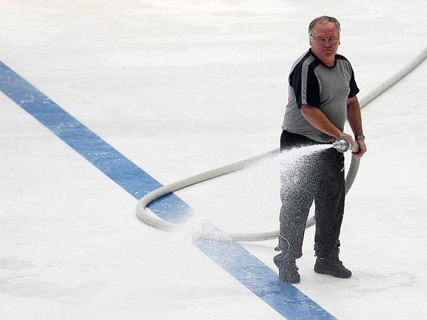 Home Monitoring Arena. Na ledové ploše je asi -6stupňů Celsia, vhledišti už je ale teplejších 20stupňů