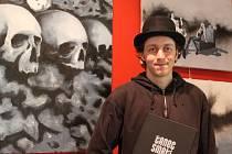 Na výstavě. Luboš Vetengl na své nové výstavě s knihou Tanec smrti